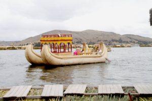 Những con thuyền đẹp tuyệt được làm từ lau sậy trên lòng hồ Titicaca