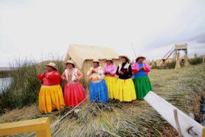 Người Uros đứng hát để tiễn khách trong những trang phục đầy sắc màu rực rỡ