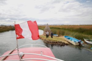Chúng tôi thay nhau leo lên nóc thuyền để ngắm Hồ Titicaca lộng gió