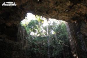 Giếng trời có độ sâu hơn 150 feet (46m)