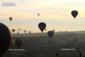 Những kinh khí cầu bay lên không trung trên thung lũng ống khói tuyệt đẹp...